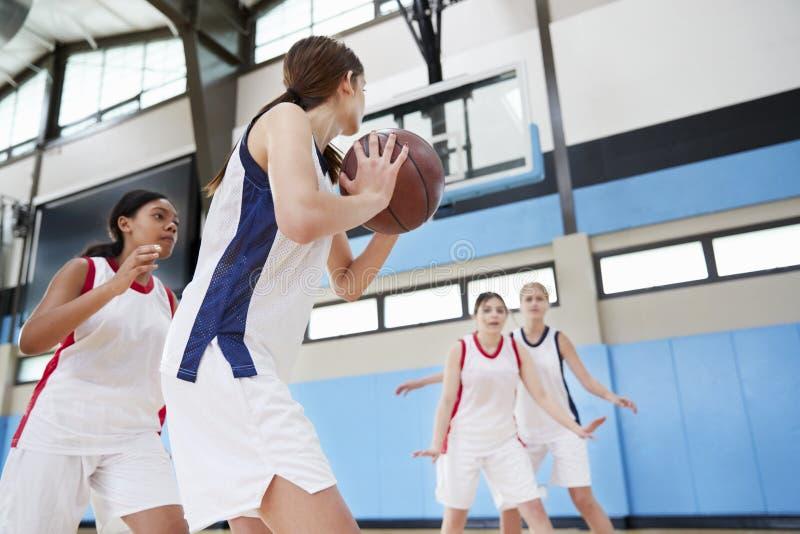 Baloncesto femenino Team Passing Ball On Court de la High School secundaria fotos de archivo