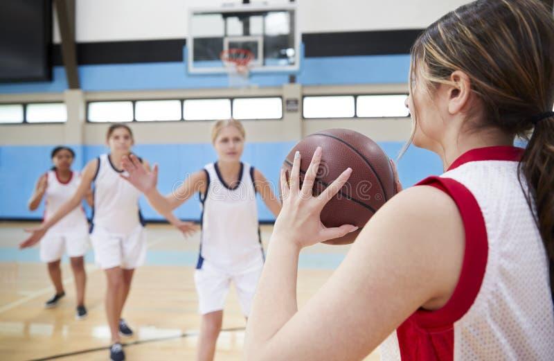 Baloncesto femenino Team Passing Ball On Court de la High School secundaria fotografía de archivo libre de regalías