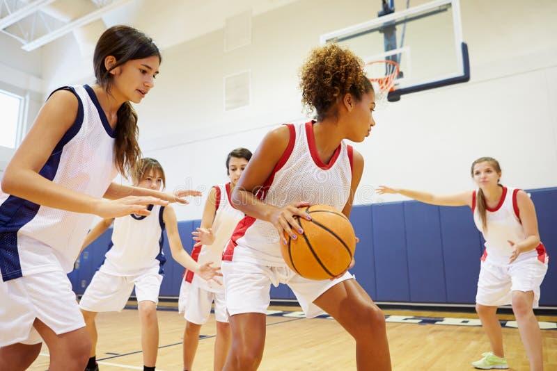 Baloncesto femenino Team Playing Game de la High School secundaria foto de archivo