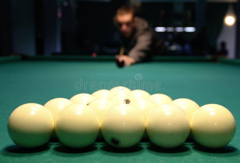 Balones Billiard al comienzo del juego, en el fondo una figura borrosa del jugador ilustración del vector