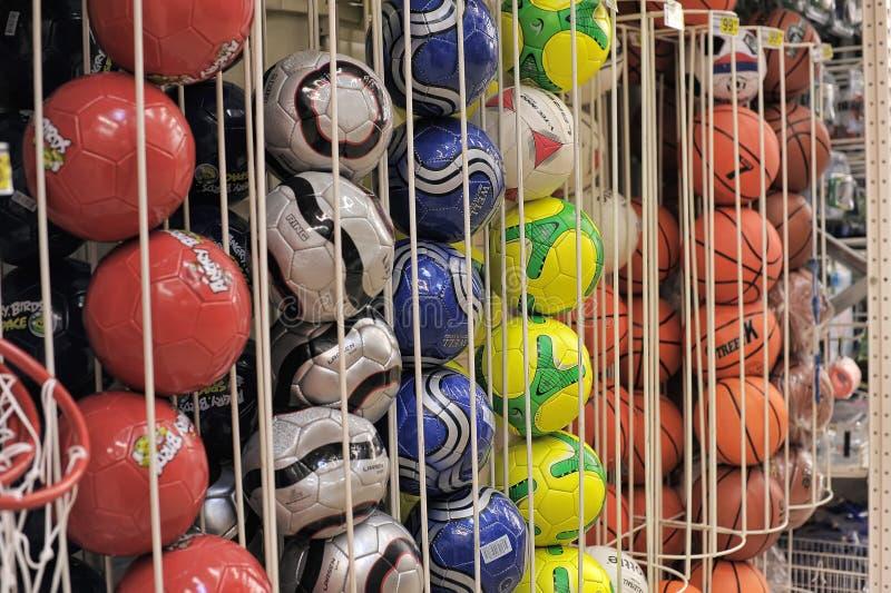 Balones de fútbol en almacén foto de archivo