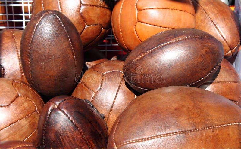 Balones de fútbol y de rugbi fotos de archivo