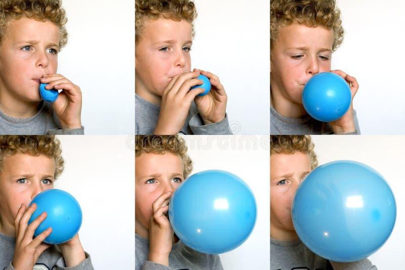 balonowa podmuchowa chłopiec podmuchowy zdjęcia royalty free