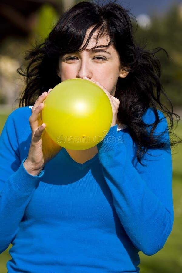 balonowego nastolatek pompowania żółty fotografia royalty free