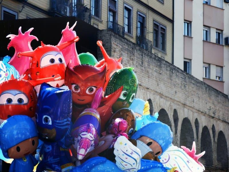 balony dziecko charaktery z rzymskim akweduktu tłem, obrazy stock