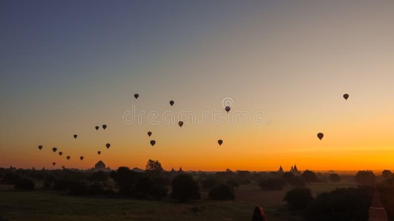 Balony lata nad Dhammayangyi świątynią w Bagan Myanmar, Szybko się zwiększać nad Bagan są jeden niezapomniana akcja dla turystów obraz royalty free