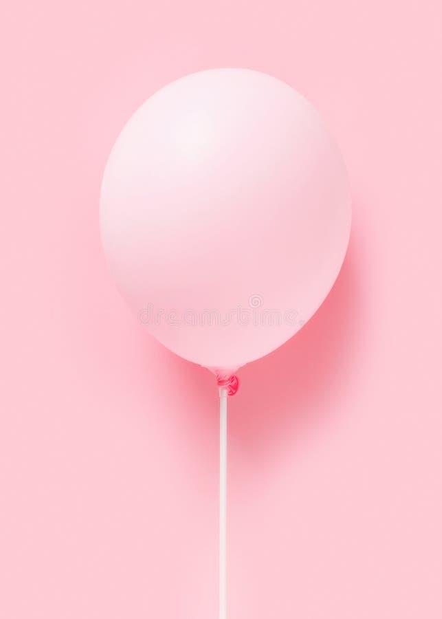 Baloon en colores pastel rosado en el fondo rosado, ligereza, conce de la sencillez imagen de archivo