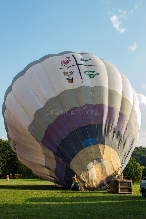 Baloon för varm luft förbereder sig att flyga fotografering för bildbyråer