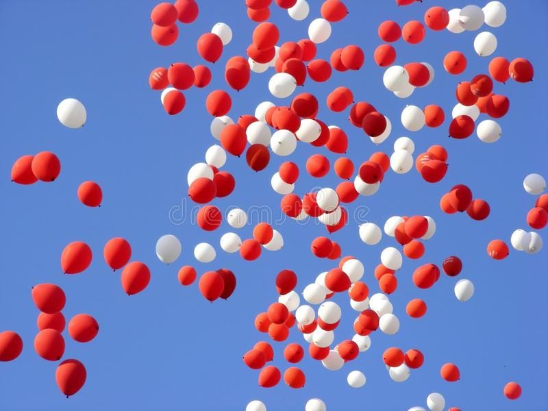 Baloons coloridos no céu foto de stock royalty free