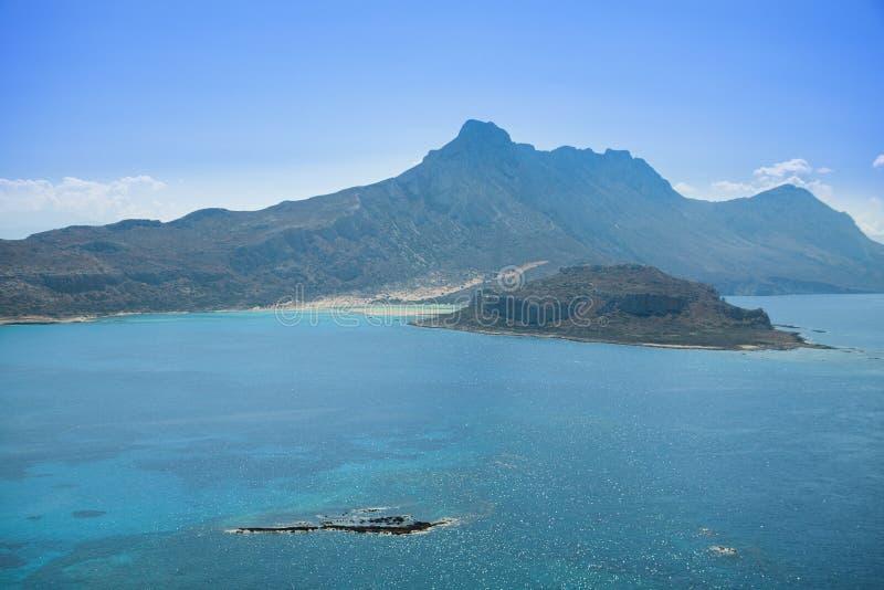 Balos-Lagune auf Kreta-Insel in Griechenland Berge und haarscharfes Wasser lizenzfreie stockfotografie