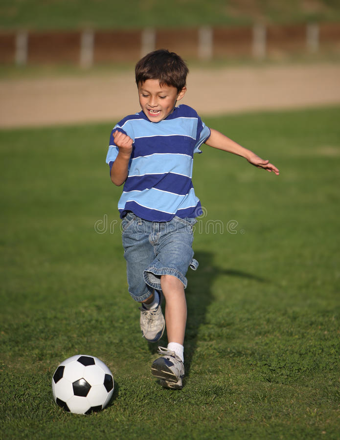 balowej chłopiec latynos bawić się piłkę nożną obraz royalty free