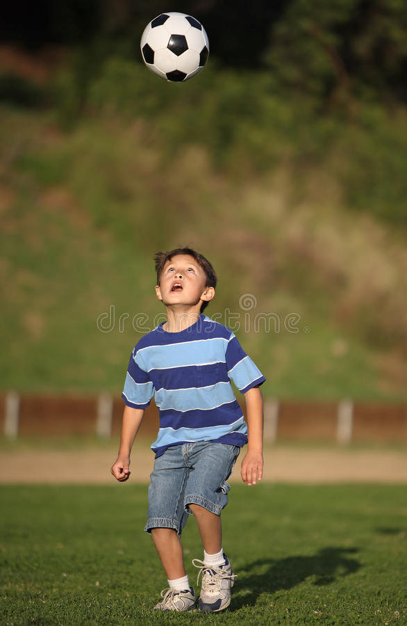 balowej chłopiec latynos bawić się piłkę nożną fotografia royalty free