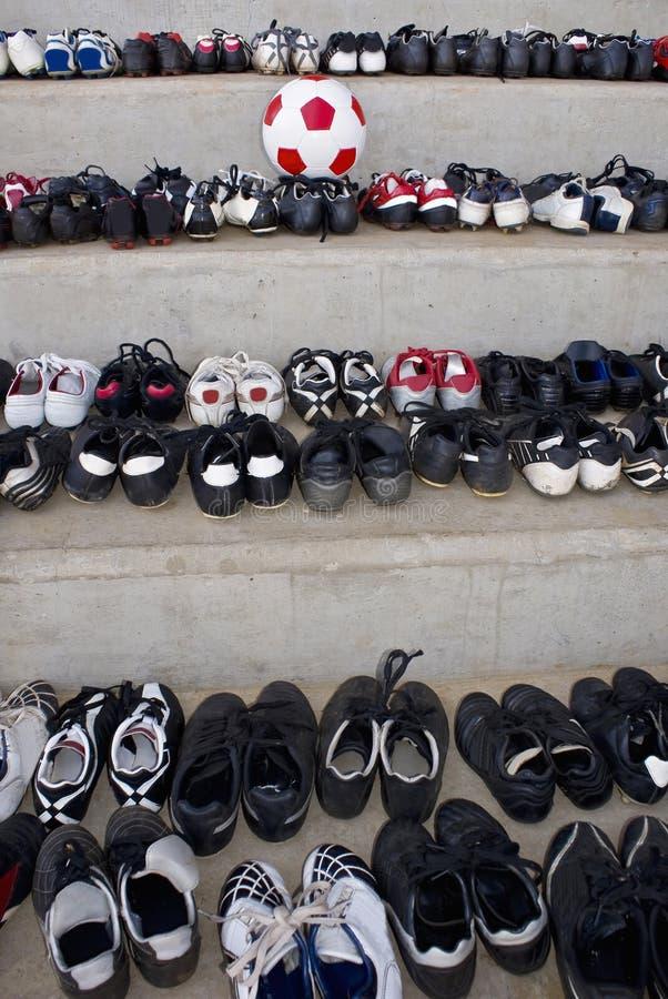 balowi buty dopasowywają starą piłkę nożną zdjęcie stock