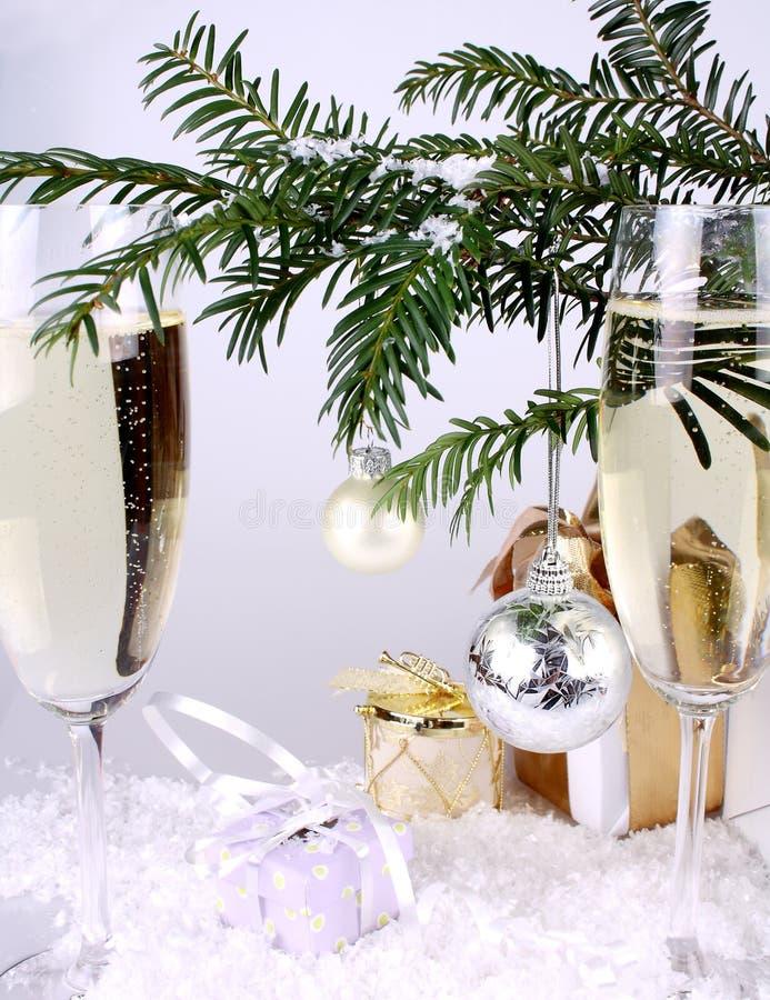 Balowi srebni Nowy Rok z prezentami i szampanem fotografia stock
