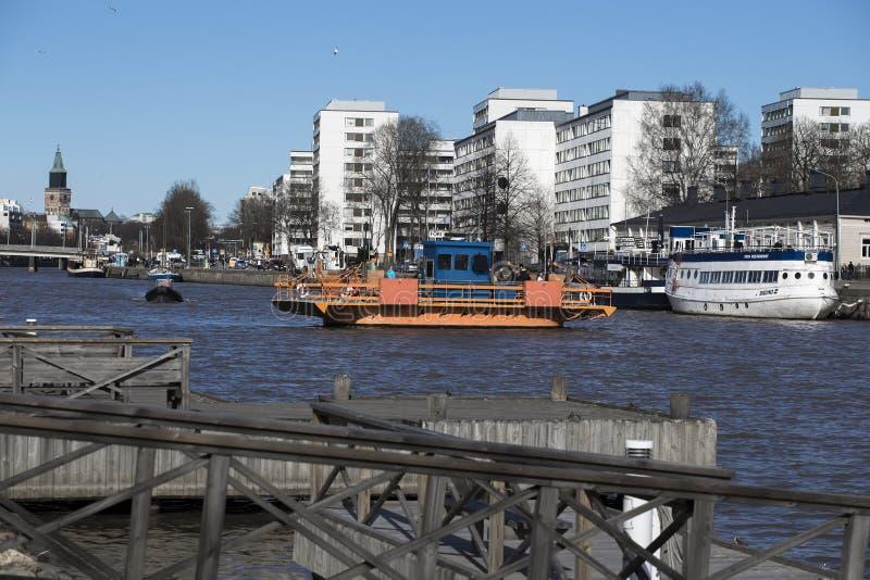 Balsa através da aura do rio em Turku imagens de stock