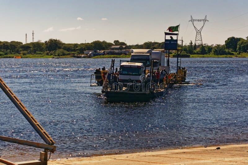 Balsa através do Zambezi River fotos de stock royalty free