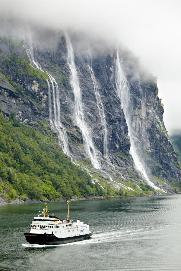 Balsa Bolsoy com os passageiros no Fjord de Geiranger imagens de stock