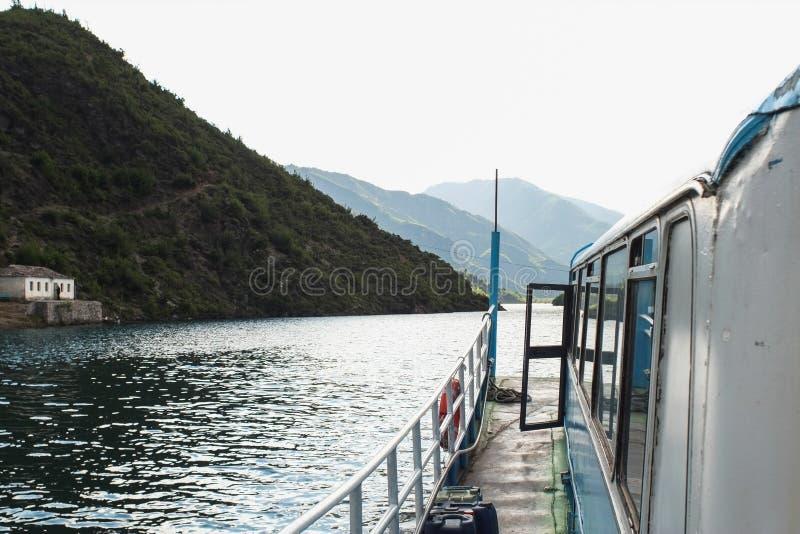 Balsa a bordo de Komani do lago da manhã de Fierza a Koman em Albani imagem de stock