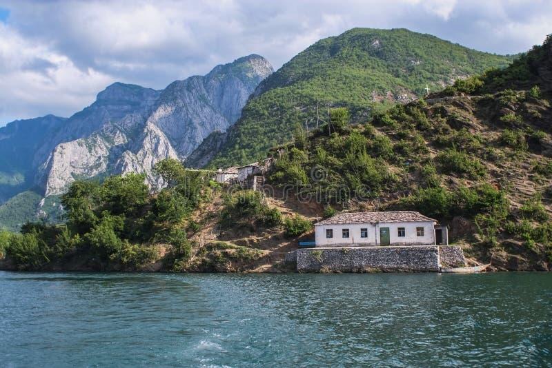 Balsa a bordo de Komani do lago da manhã de Fierza a Koman em Albani fotografia de stock