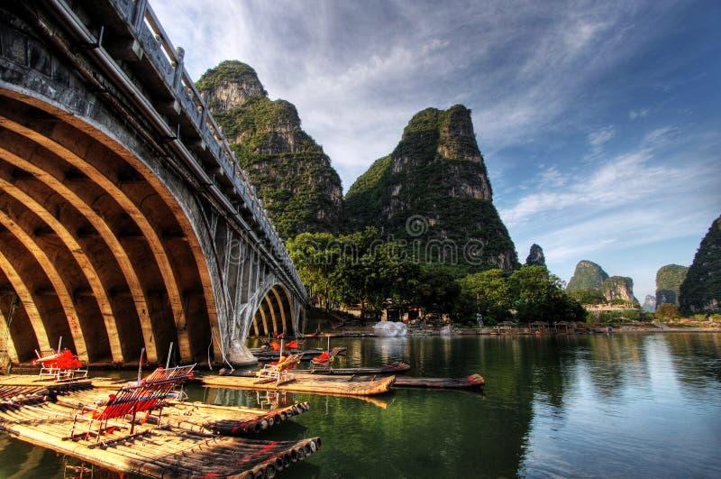 Balsa de bambú en el río de Li fotografía de archivo