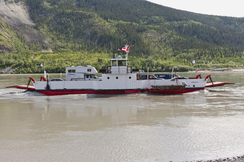 Balsa de carro através do Rio Yukon em Dawson City fotografia de stock