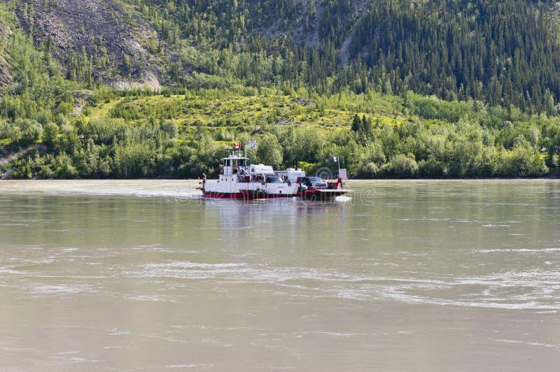 Balsa de carro no Rio Yukon fotografia de stock royalty free