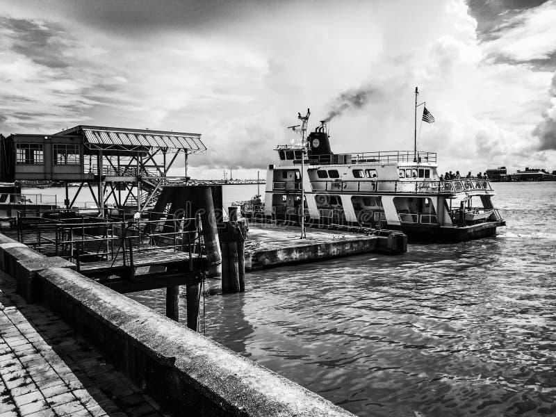 Balsa de Nova Orleães no rio Mississípi foto de stock