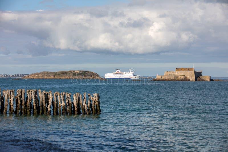 Balsa de passageiro que deixa o porto de Saint Malo na manh? na dire??o de Reino Unido imagem de stock royalty free