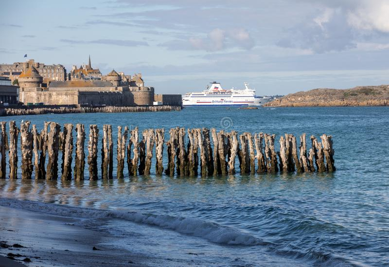 Balsa de passageiro que deixa o porto de Saint Malo na manh? na dire??o de Reino Unido fotos de stock