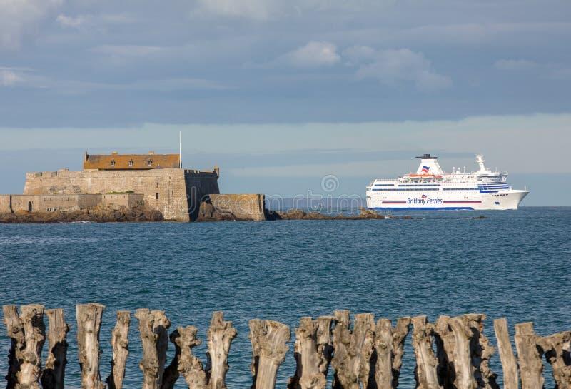 Balsa de passageiro que deixa o porto de Saint Malo na manh? na dire??o de Reino Unido imagens de stock royalty free