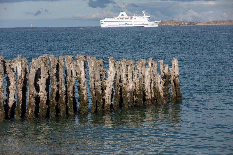 Balsa de passageiro que deixa o porto de Saint Malo na manh? na dire??o de Reino Unido fotografia de stock royalty free