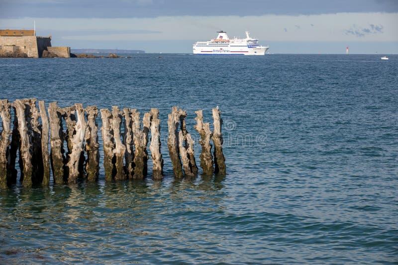 Balsa de passageiro que deixa o porto de Saint Malo na manh? na dire??o de Reino Unido fotografia de stock