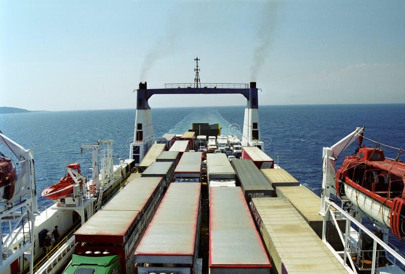 Balsa do veículo perto de Corfu fotos de stock