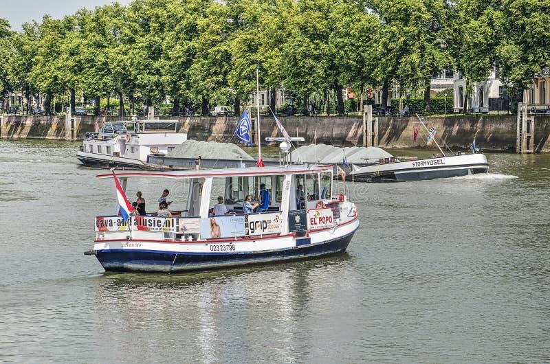 Balsa e barca no rio imagens de stock