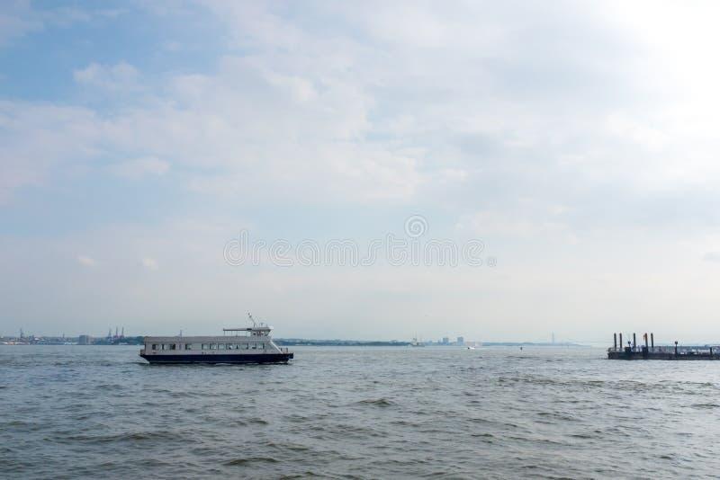 Balsa em Hudson River Approaching Dock fotos de stock royalty free