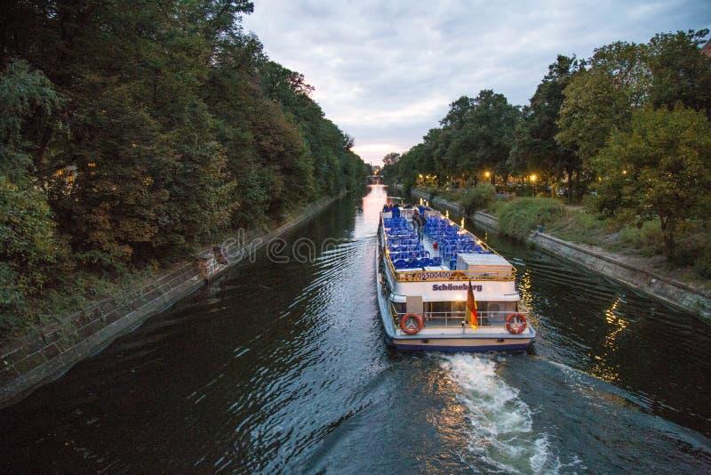 Balsa em Landwehrkanal fotos de stock