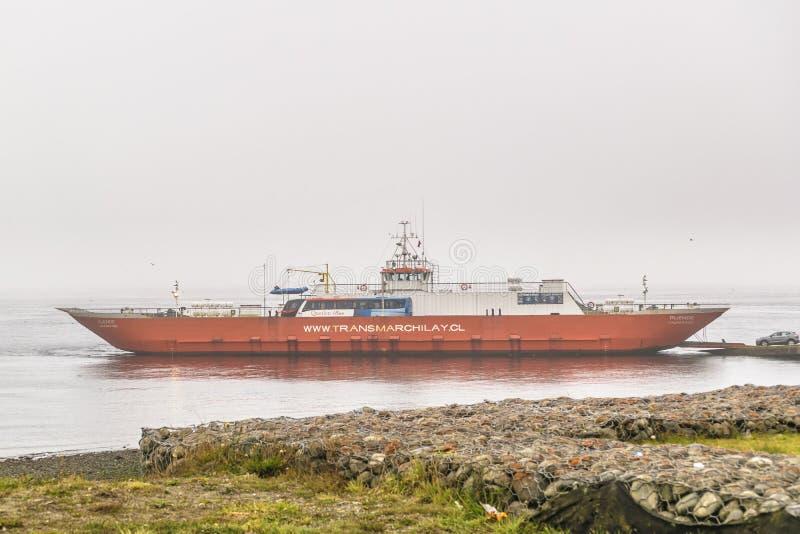 Balsa estacionada na costa do lago imagens de stock royalty free