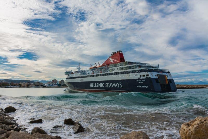 Balsa grega que chega no porto foto de stock royalty free
