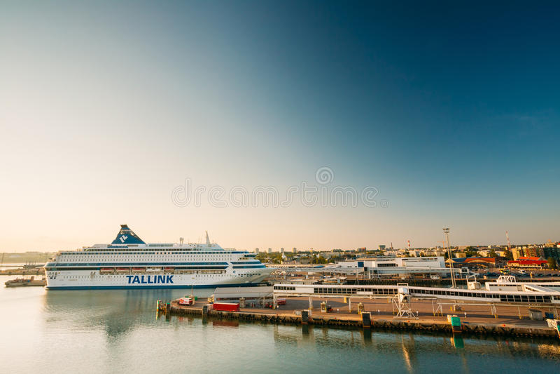 Balsa moderna Tallinnk no cais em Tallinn, Estônia fotos de stock royalty free
