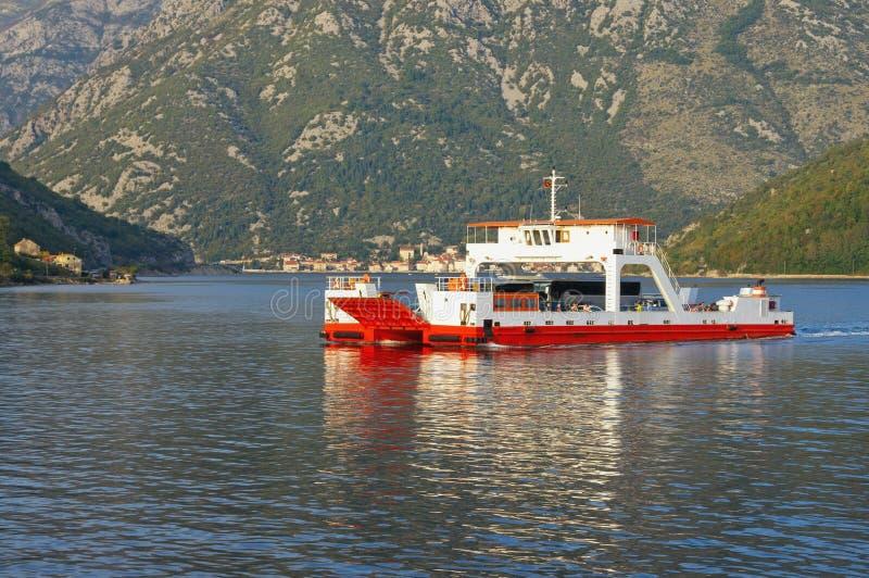balsa Montenegro, mar de adriático, baía de Kotor Corridas do ferryboat através do passo de Verige foto de stock
