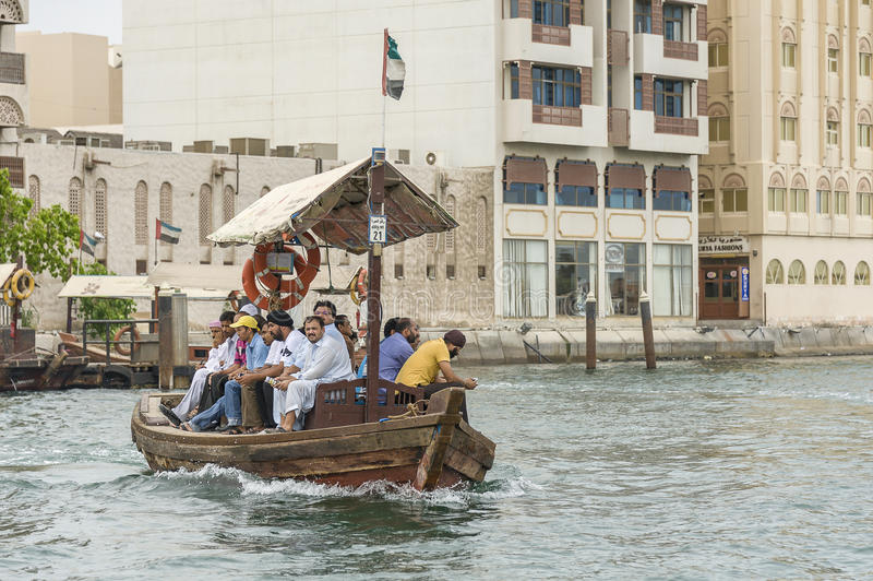 Balsa na angra Dubai imagens de stock