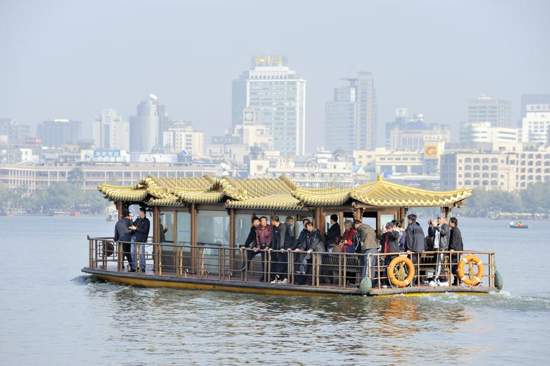 Balsa no lago ocidental perto de Hangzhou, China imagem de stock royalty free