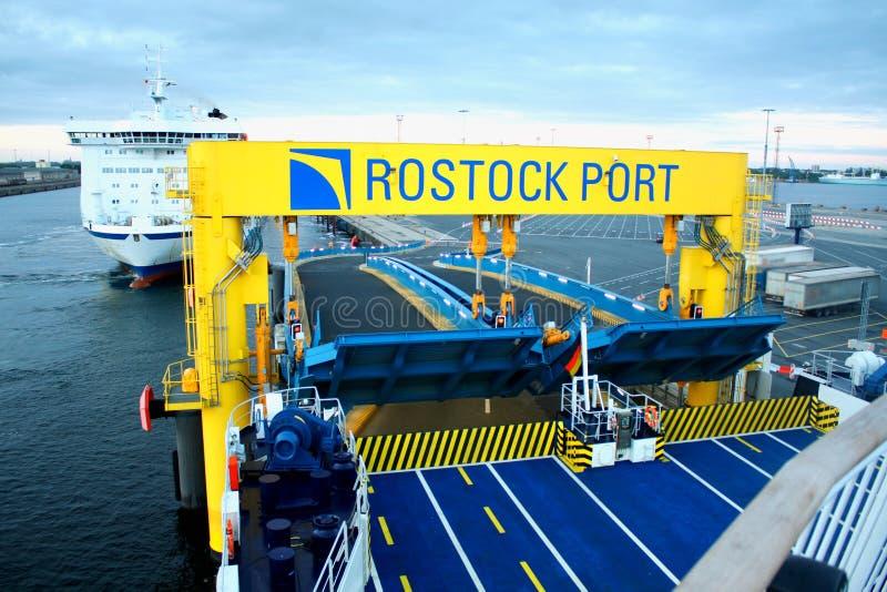 Balsa no porto de Rostock (Alemanha) fotografia de stock