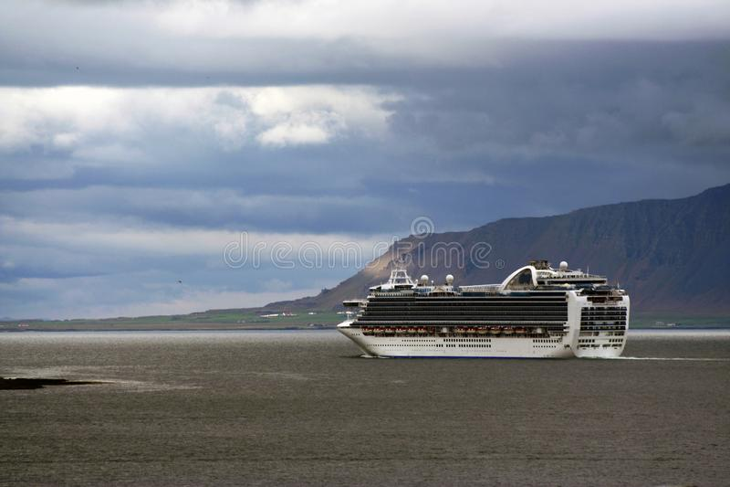 Balsa que sae do porto de Reykjavik, Islândia imagens de stock