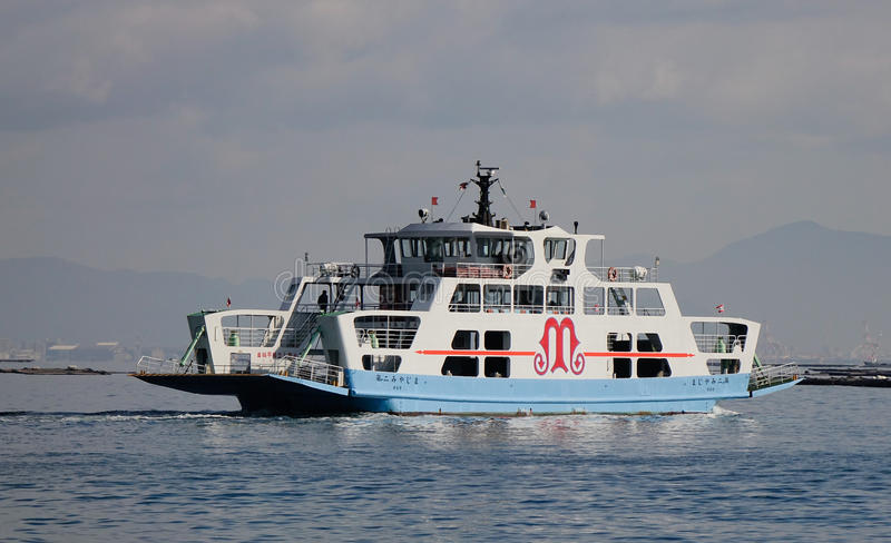A balsa que vai à ilha de Miyajima (Itsukushima), Japão fotos de stock