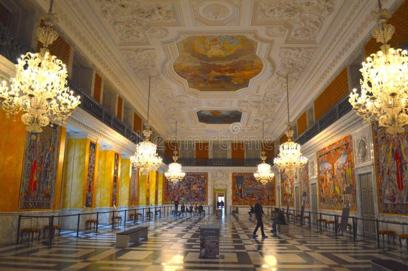 Balsal i en slott royaltyfria foton