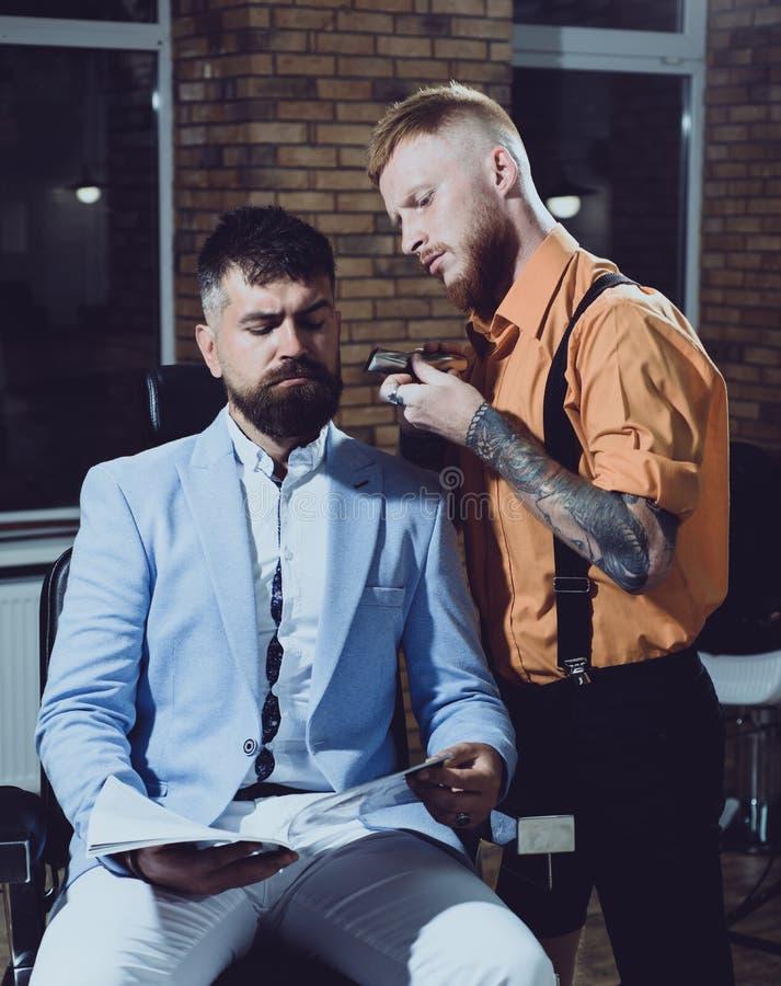 Balsam auf den trockenen Körperteilen, zum der Haut zu befeuchten Bartanreden geschnitten Ideen über Friseursalon- und Friseursal lizenzfreie stockfotografie