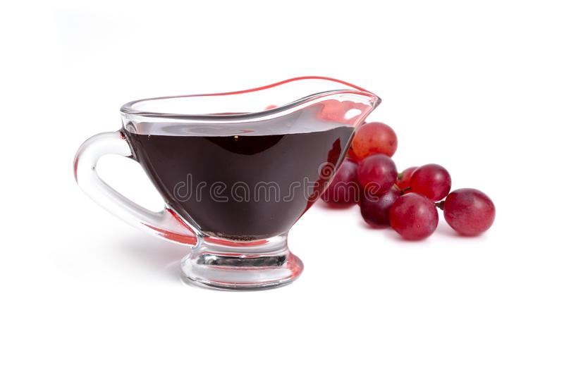 Balsamic ocet w pucharze z winogronem pojedynczy białe tło obrazy royalty free