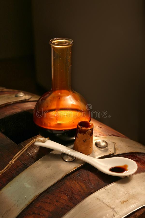 Balsamic vinäger av Modena, Italien, glasflaska som innehåller sakkunniga som sötar Modena royaltyfri fotografi
