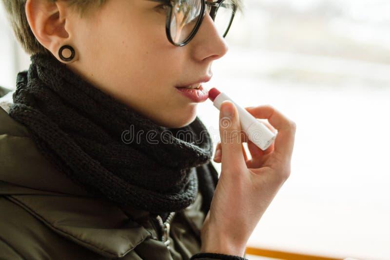 Balsamo di labbro sistematico della ragazza del prodotto di cura cosmetica di bellezza fotografia stock libera da diritti